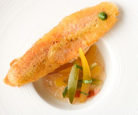 mauro-uliassi-triglia-croccante-con-acqua-di-pomodoro-pesche-e-pomodori-verdi