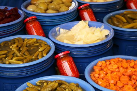 K-Pickles-at-Goztepe-Pazartesi-Pazari,-Istanbul