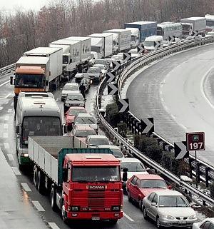 Maltempo, A1 chiusa in Toscana notte al gelo per gli automobilisti
