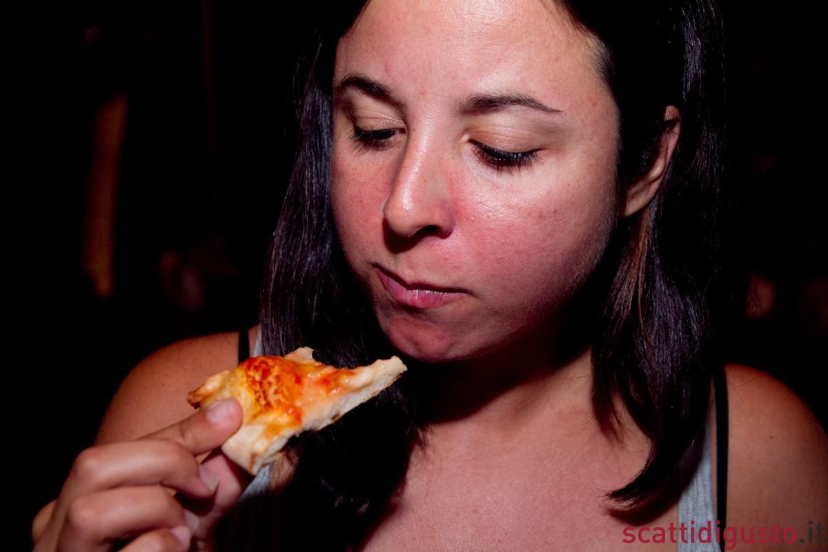 Katie-Parla-assaggia-la-margherita-di-Lievito-Madre-Roma