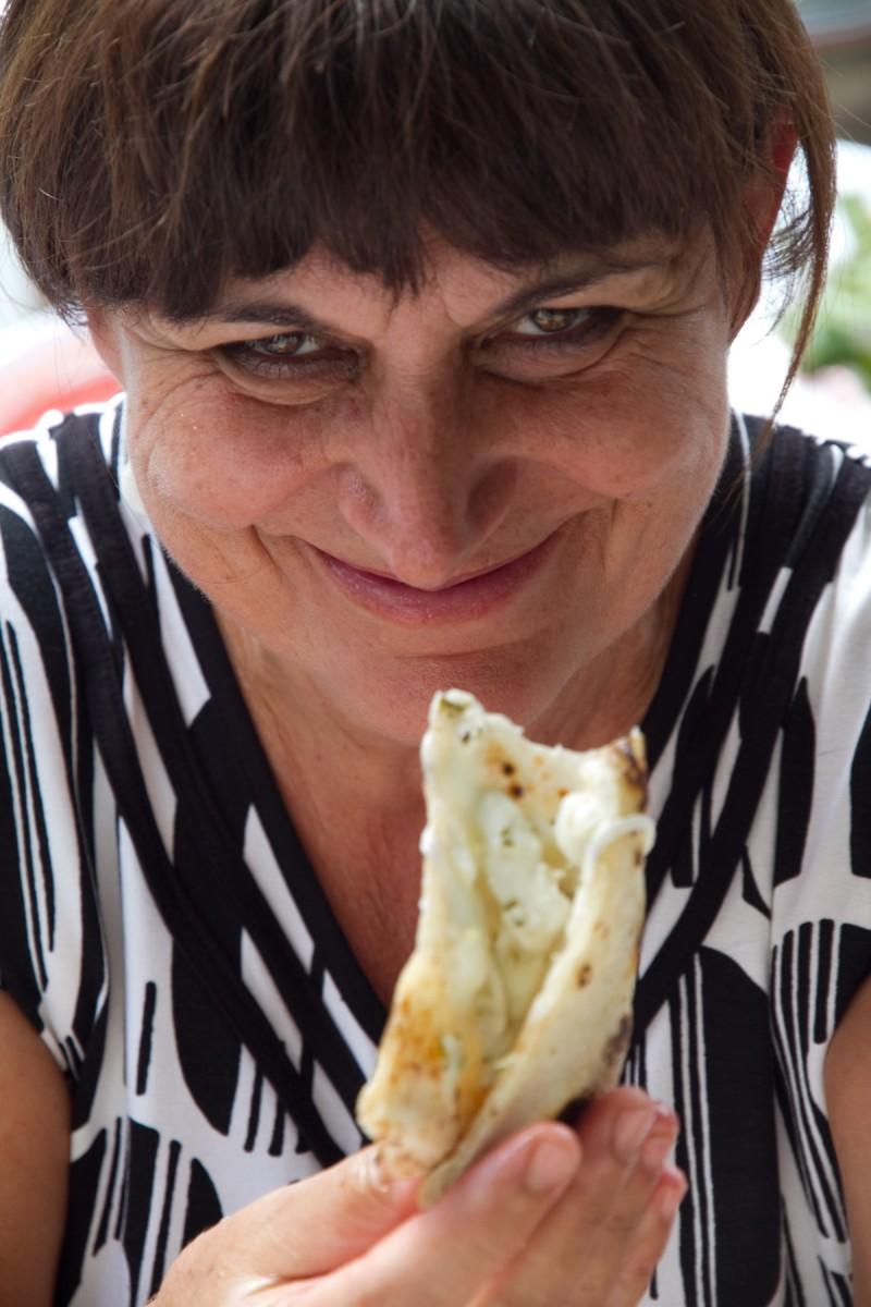 Giovanna-Voria-assaggia-pizza-al-limone-di-Sorbillo