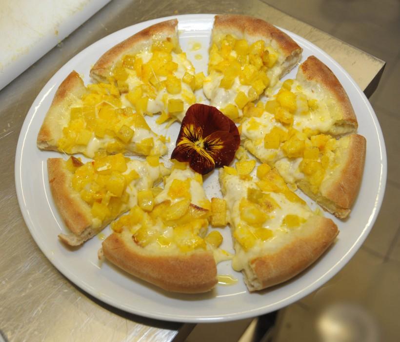 pizza-patate-baccala-e-zafferano-Buzzanca
