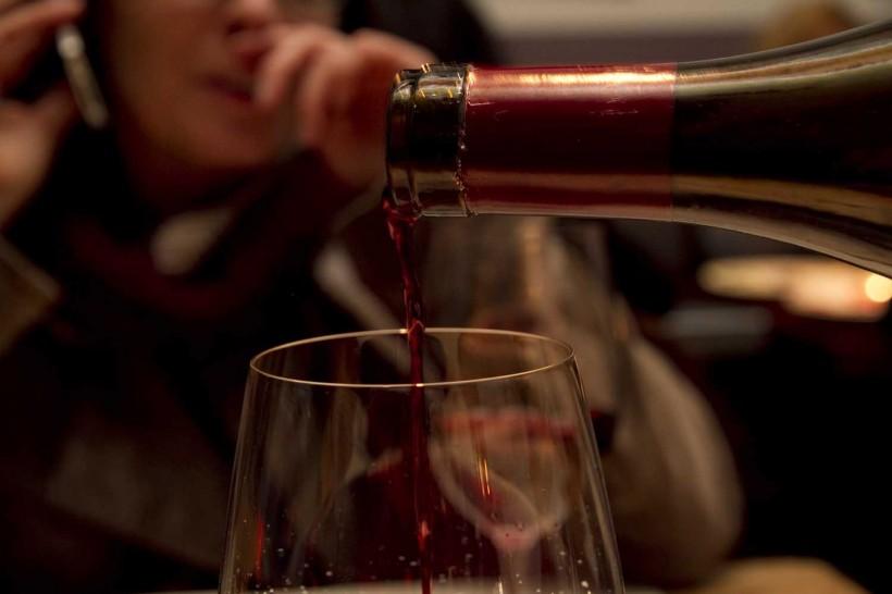 vino-rosso-versato-nel-bicchiere