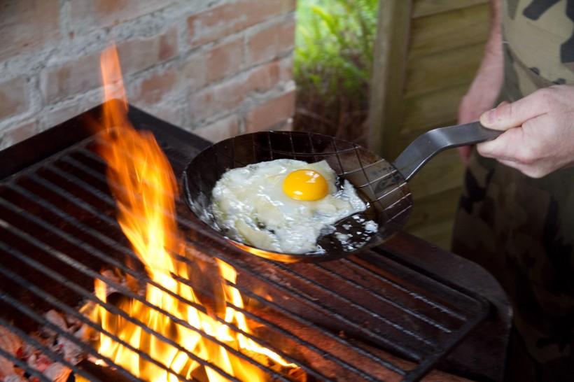 Paolo-Parisi-prepara-l'uovo-in-padella
