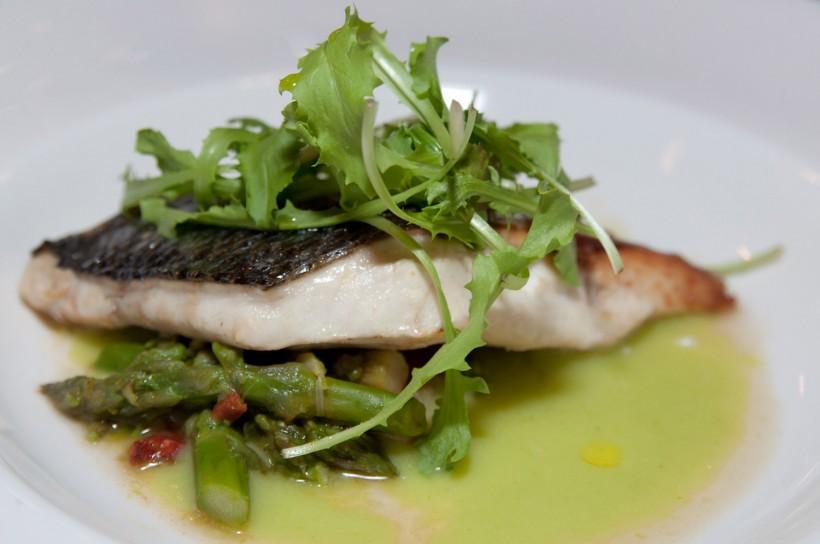 trancio-spigola-asparagi-ristorante-QB-Roma