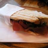 Milano. 7 euro sono troppi per un panino. Al bar Tommasi, per esempio