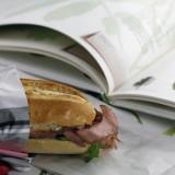 Sandwich da ufficio. Elogio della cipolla caramellata con il roast beef