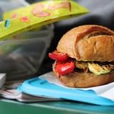 Schiscetta al parco con il panino peperoni e zucchine aspettando primavera