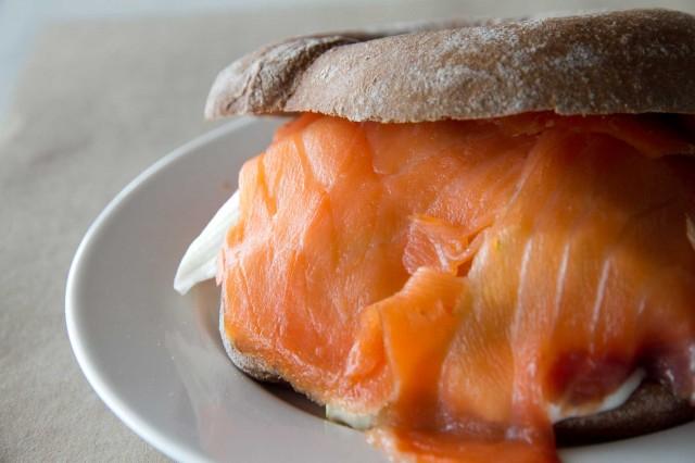 bagel naturale salmone e caprino Mangiari di strada