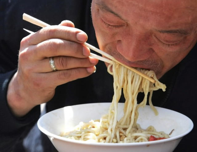 spaghetti e bacchette di legno