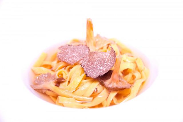Brodo-di-muschio-finferli-tagliolini-Parini