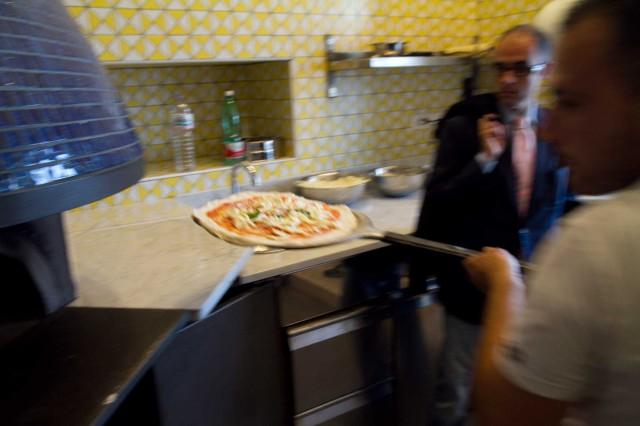 pizzeria-Sorbillo-Lievito-Madre-a-Mare-Napoli-infornata