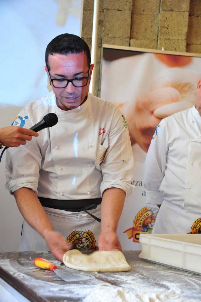 stesura-pizza-Gino-Sorbillo
