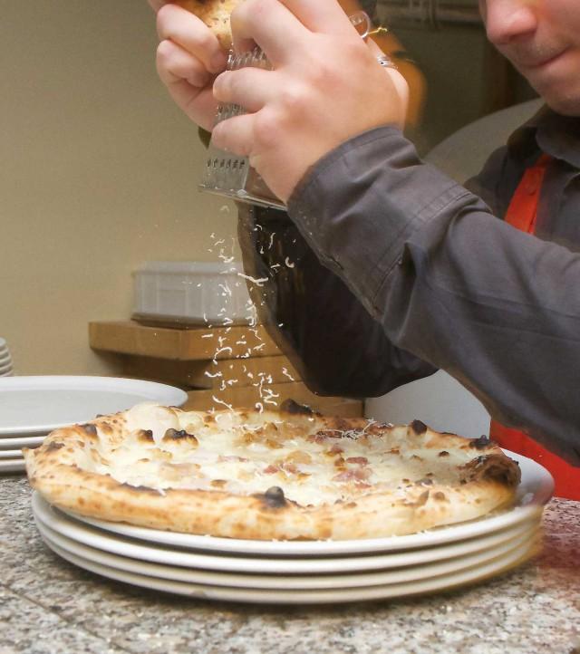 Ciro-Salvo-formaggio-su-pizza