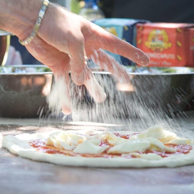 Ciro-Salvo-prepara-pizza