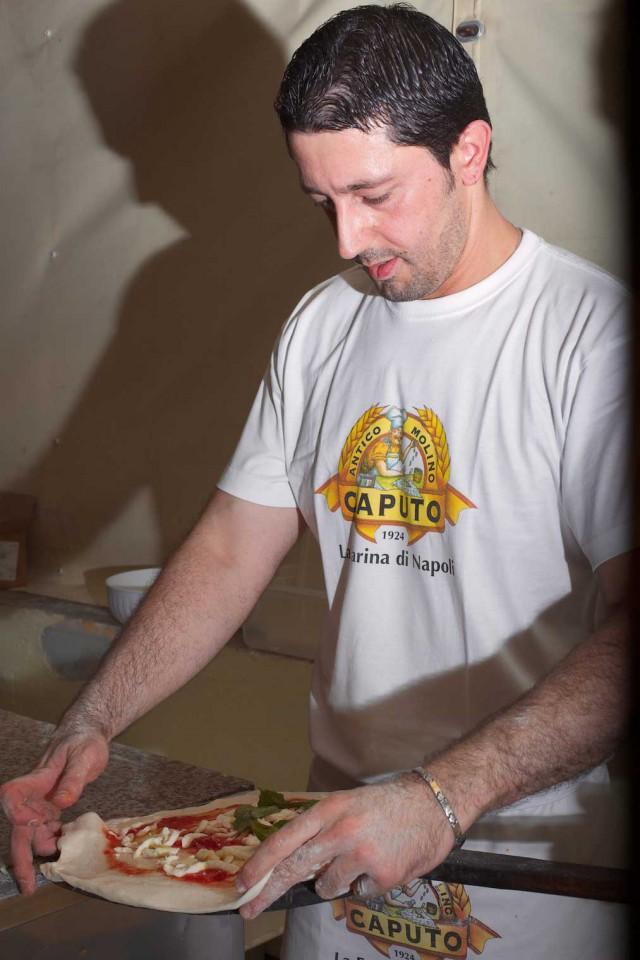 Ciro-Salvo-prepara-pizza-su-pala