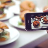 Più scomoda dell'iPhone a tavola è la food blogger con reflex al ristorante