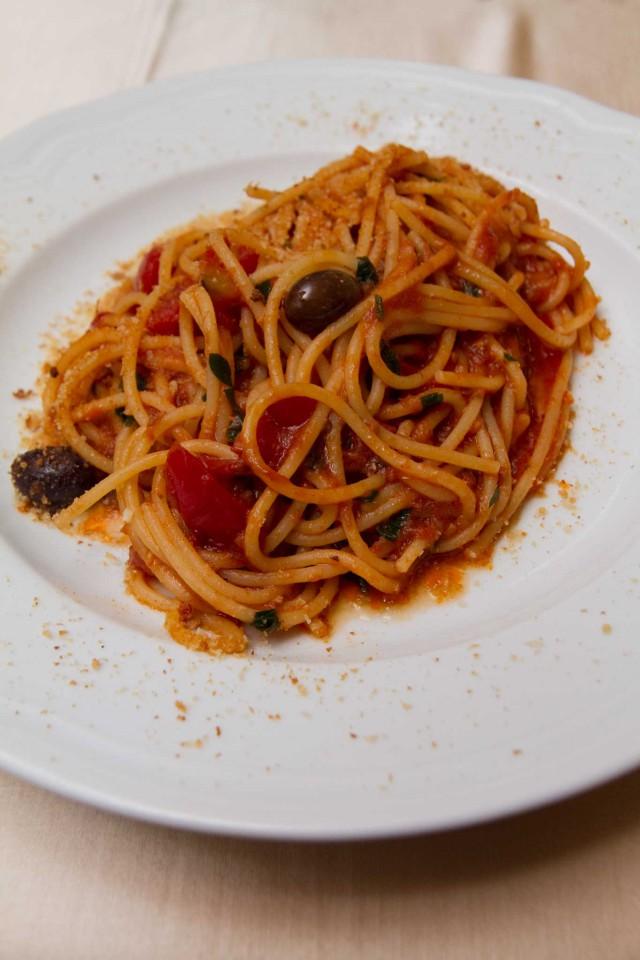 spaghetti con alici menaica il rosso e il mare acciaroli