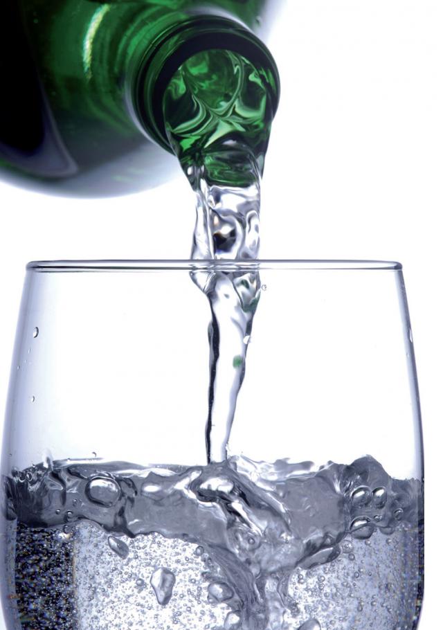 acqua minerale bicchiere