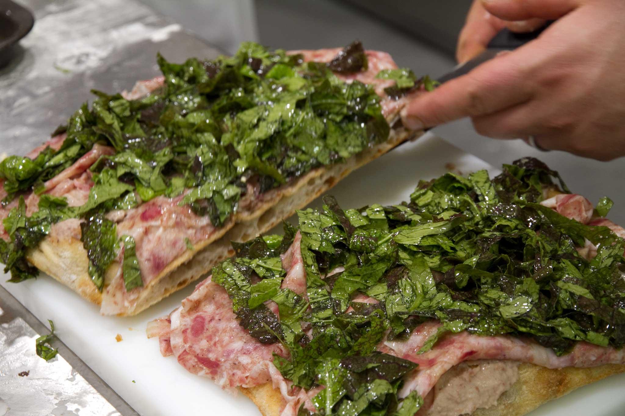 erbe e coppa di testa su pizza Bonci