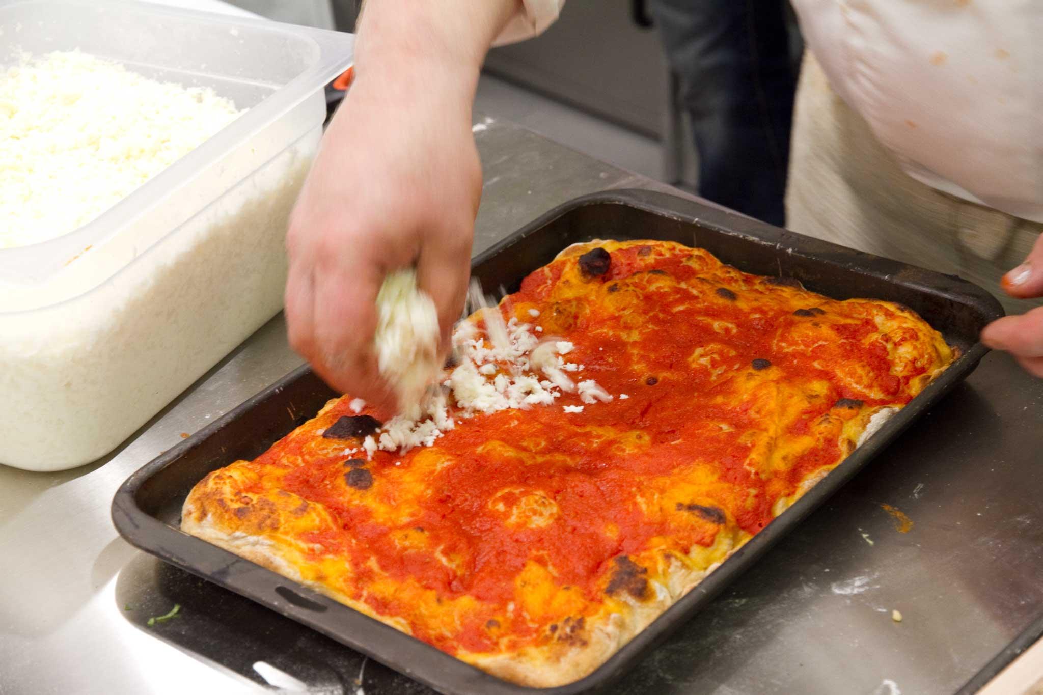 pizza margherita in teglia