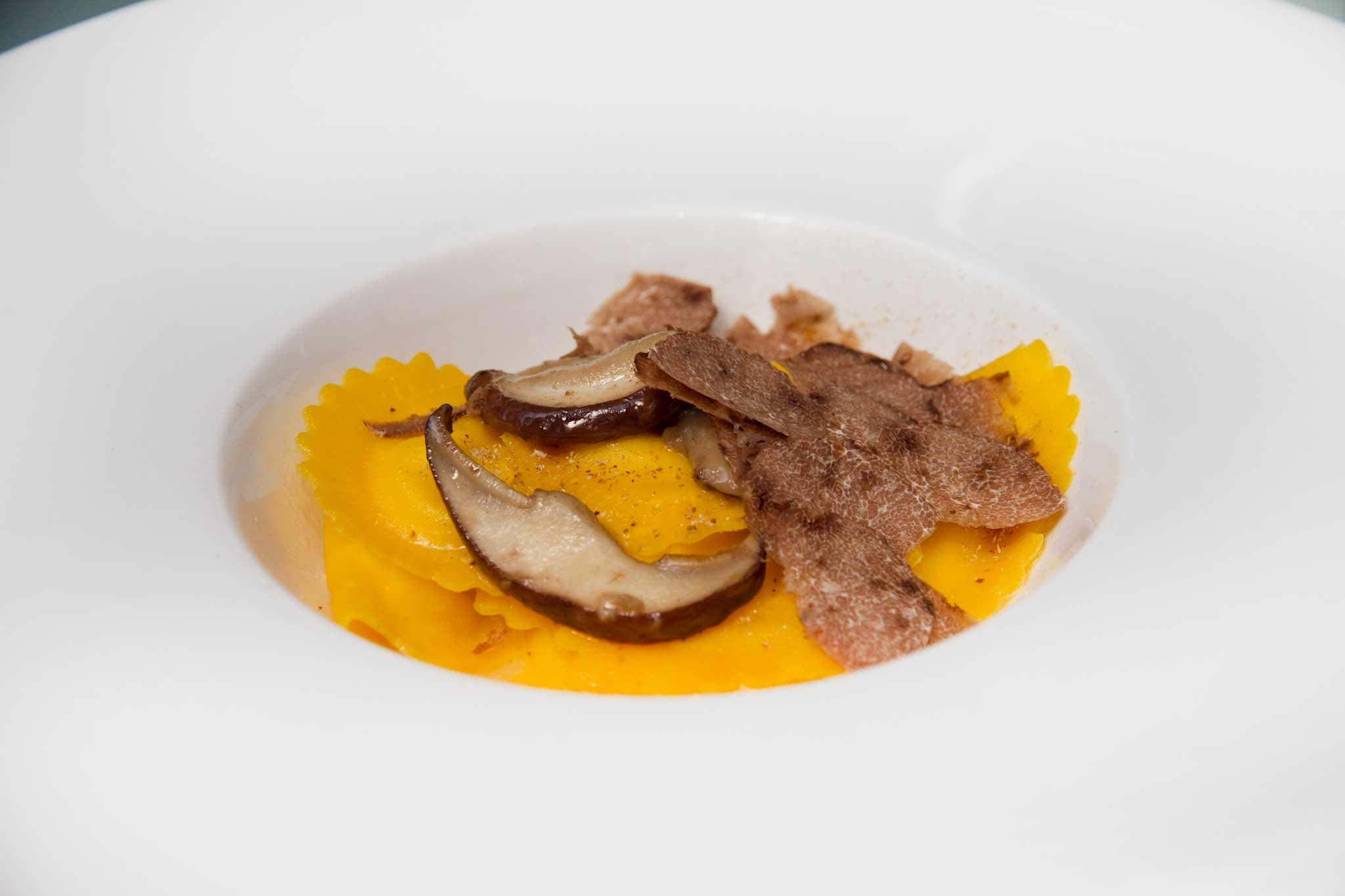 ravioli di parmigiano funghi porcini e tartufo bianco