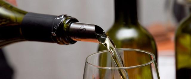 vino bianco versato nel bicchiere