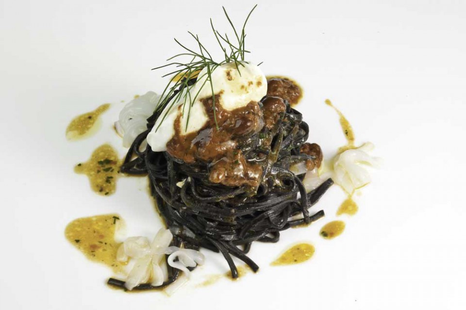Locanda Don Serafino, spaghetti freschi al nero, ricci, ricotta e seppie