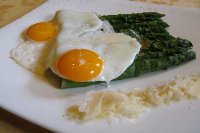 Asparagi con uova all'occhio di bue_La Pobbia