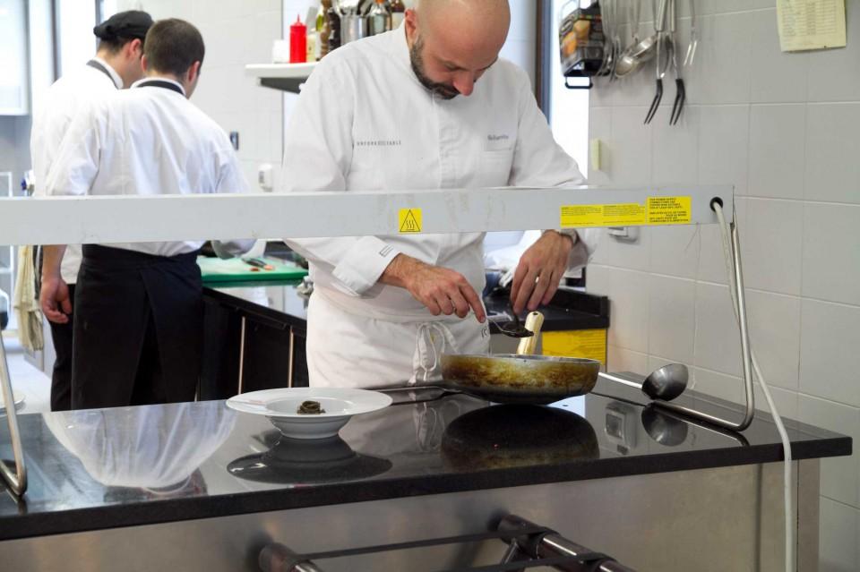 Niko Romito prepara gli spaghetti Garofalo al nero di seppia