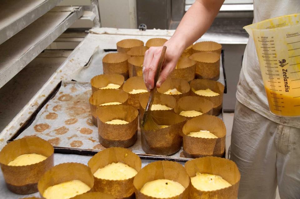 preparazione pizza al formaggio