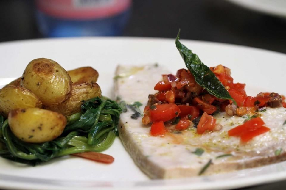 pesce spada, pomodorini Pachino, capperi e basilico, accompagnato da bietole selvatiche e patate novelle