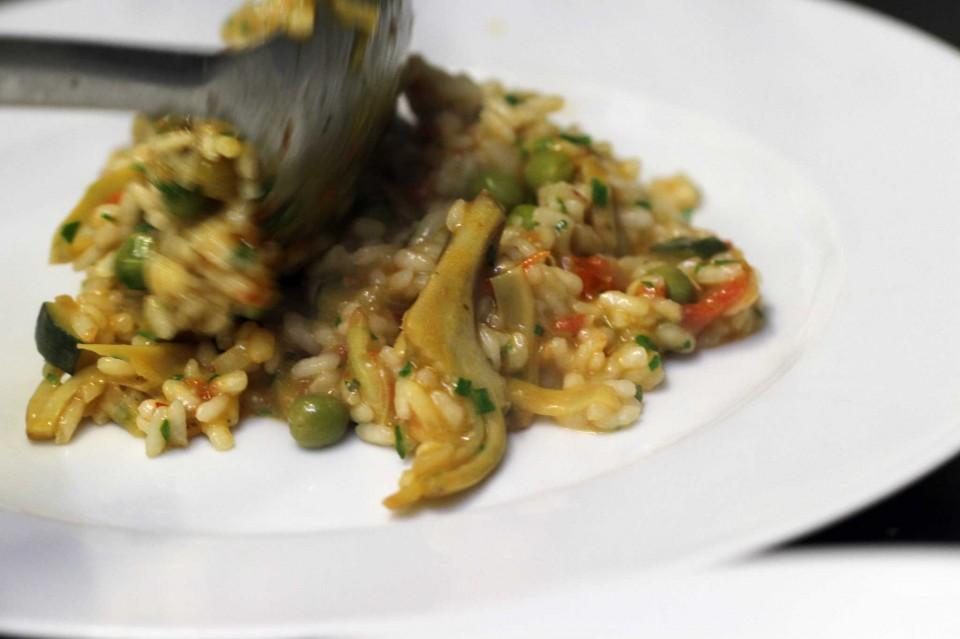 Risotto Vialone Nano ai carciofi sardi, piselli e verdure mantecato con pecorino pepato