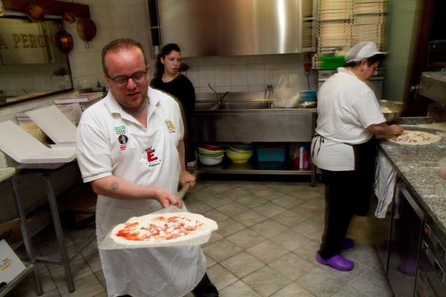 Pasqualino Rossi prepara la pizza
