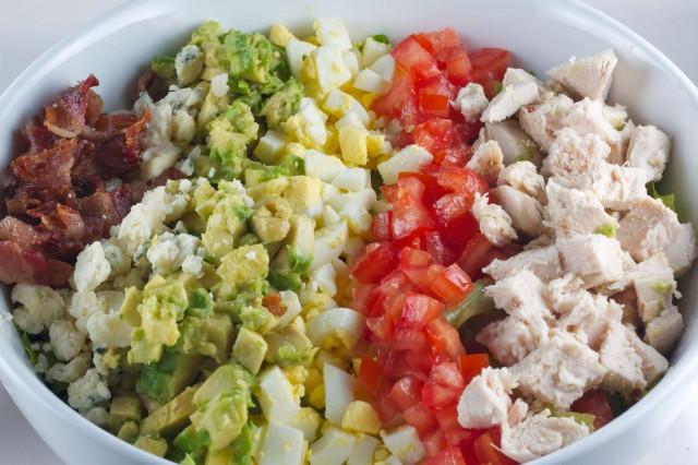 Cos'è . Un'insalata tuttofare preparata con avocado, formaggio ...
