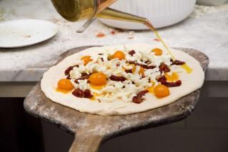 preparazione pizza pomodori gialli