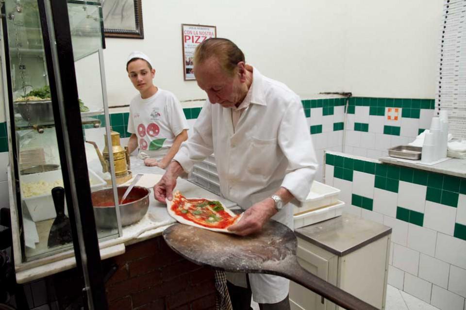 da Michele preparazione pizza
