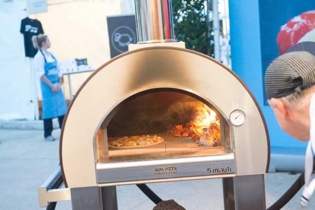 Pizza in casa stendi senza mattarello condisci e cuoci - Forno a legna in casa ...