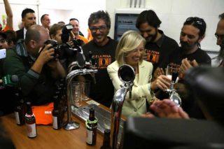 Il ministro della scuola che ci piace: spilla e beve birra per iniziare l'anno scolastico