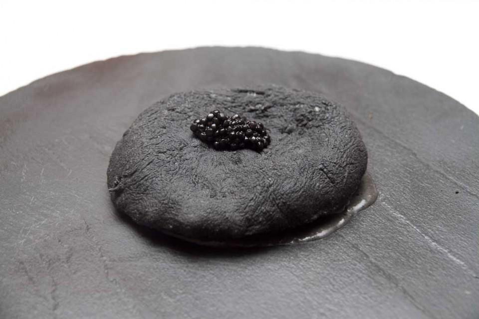 pizza nera fritta