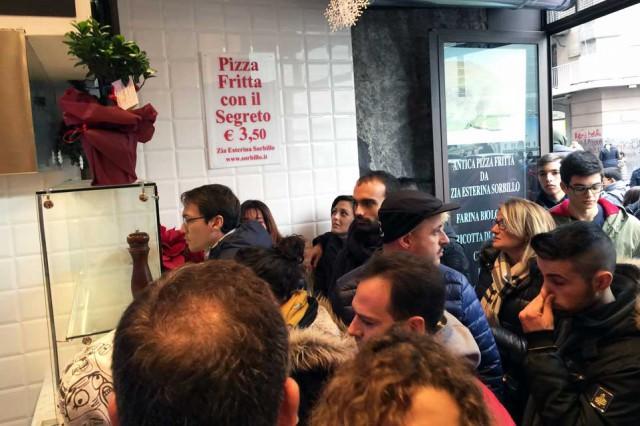 fila pizza fritta Sorbillo Napoli