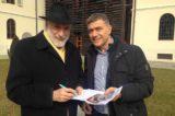 Pizza Slow Food. Carlo Petrini firma la petizione Unesco