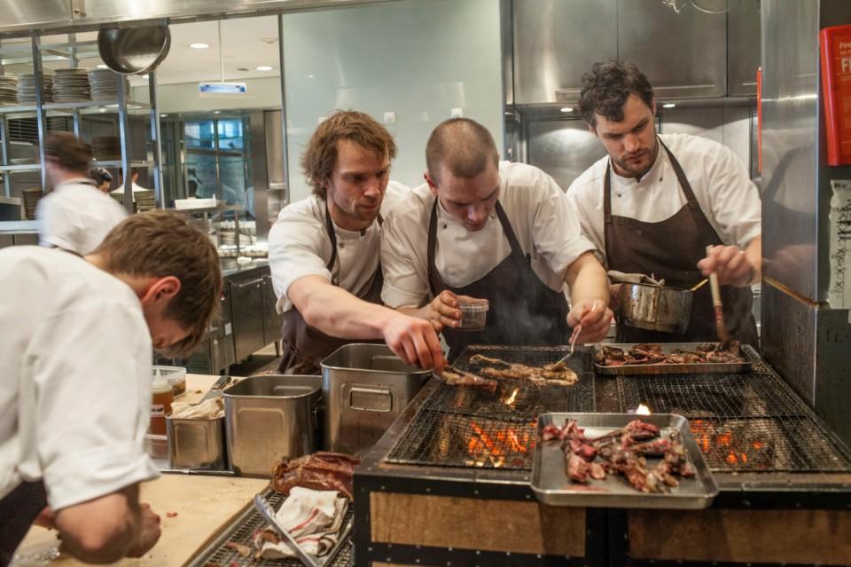 La brigata del Noma in cucina a Tokyo