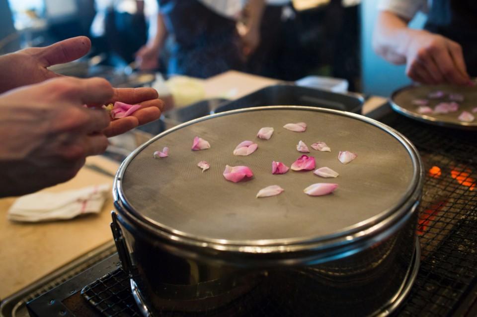 Petali di rosa preparati per un piatto di noodles di seppia
