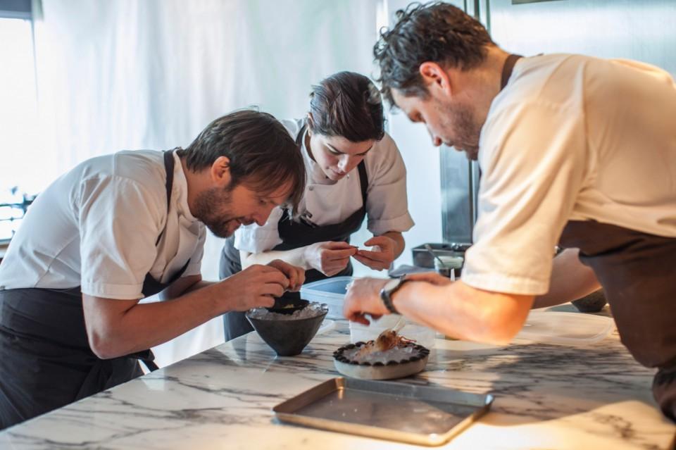 Redzepi, Clogston e Sanchez preparano gamberi e formiche
