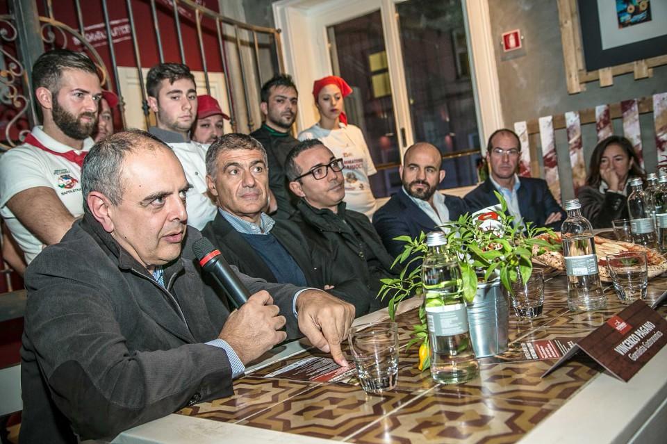 La raccolta delle firme per la pizza all'Unesco