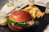 Hamburger a Milano: McDonald's sfotte i gourmet con un fake
