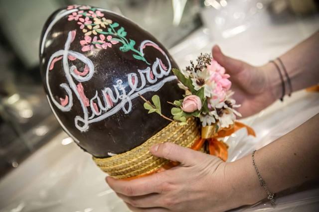 Uova di pasqua come temperare e decorare il cioccolato - Decorare uova di pasqua ...