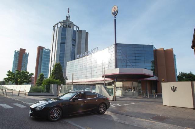 Massimo Bottura lascia la sede Maserati a bordo della sua Maserati Ghibli S Q4_