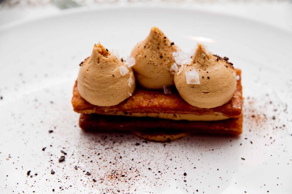 Millefoglie con cioccolata bianca caramellata, liquirizia e sale maldon (A. Esteve Ruiz)